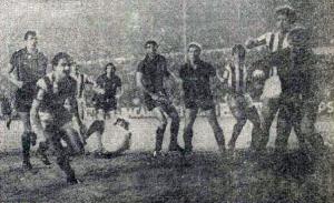 Un balón sale rozando el poste ante la mirada de los atacantes realistas y los defensores interistas.