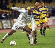 El jugador del Olympique de Marsella, izquierda, protege el balón ante la presión del centrocampista argentino del Parma Juan Sebastián Verón. Foto: AP Photo.