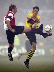 Paul Bosvelt, izquierda, del Feyenoord y Lars Ricken, derecha, del Borussia Dortmund pugnan por un balón durante la final de la Copa de la UEFA. REUTERS/Michael Kooren